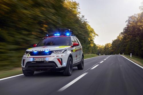 Land Rover al Salone di Parigi 2018 con una Discovery per la Croce Rossa (7)