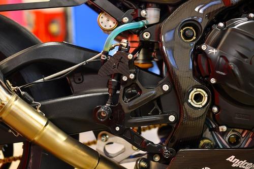 Pedane e comandi sono realizzati da Bonamici Racing