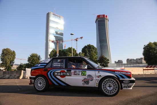 Auto storiche o da rally tra i grattacieli di Milano, con il patrocinio dell'Automobile Club