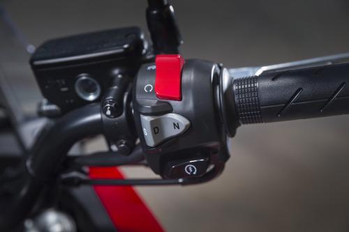 Il blocchetto destro, con il pulsante che inserisce la marcia e commuta fra Sport e Drive