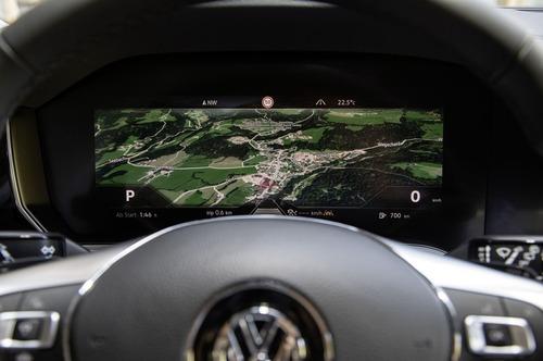 Volkswagen Touareg, il quadro strumenti diventa curvo (2)