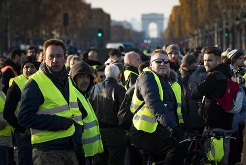 """Francia nel caos per il caro Diesel: chi sono i """"gilet gialli"""" (5)"""
