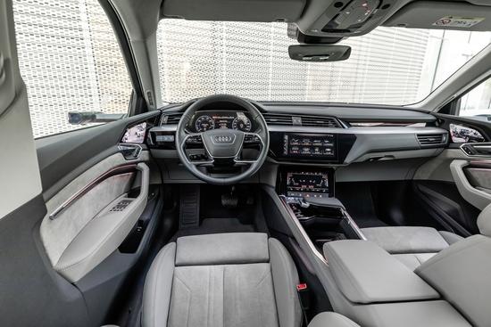 Gli interni della Audi e-tron