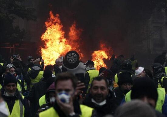 Gilet gialli, polizia fa inginocchiare studenti dopo scontri: polemica