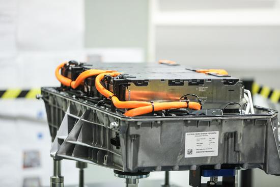 I moduli collegati in serie dentro alla batteria, ognuno pesa circa 15 Kg e può essere sostituito