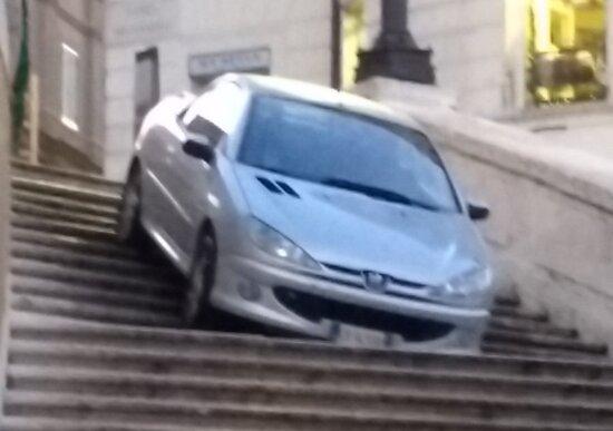 Roma, ubriaco con l'auto giù dalla scalinata di Trinità dei Monti. Denunciato