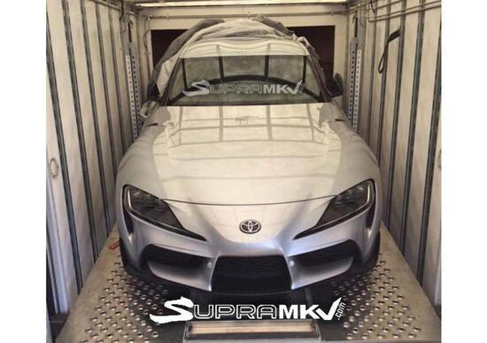 Toyota Supra: una foto svela il muso senza veli