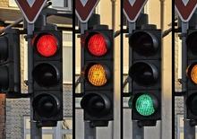 Con il semaforo giallo? Si rallenta. Multa da rosso valida anche se l'avviso è minimo