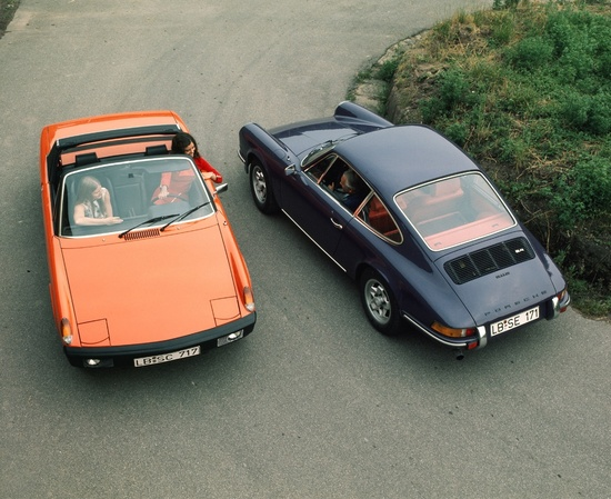 La 914 e la 911, i due modelli della Porsche di fine anni '60. La 914 rimpiazzava la 356