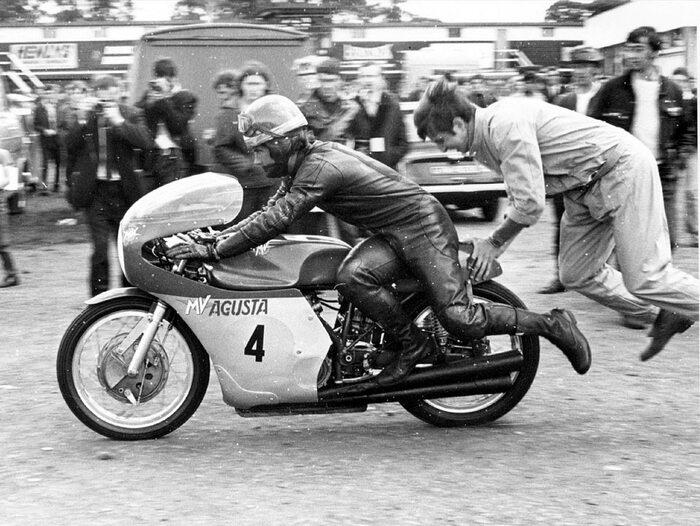 Giacomo Agostini in sella alla MV Agusta