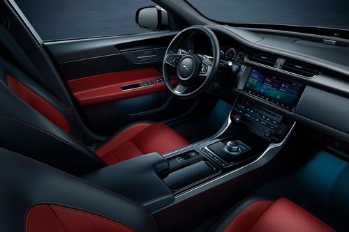 Jaguar XF e XF Sportbrake, arriva la serie speciale Chequered Flag (7)