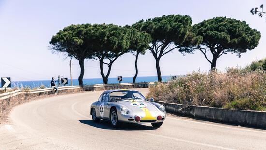 Nel 1960 Porsche commissiona ad Abarth una versione da competizione della 356