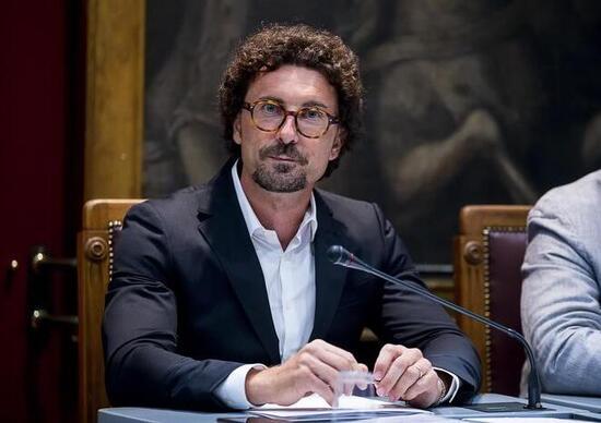 Auto elettriche, Toninelli: «Bonus fiscale per colonnine ad uso privato»