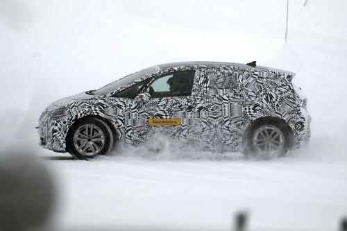 Volkswagen I.D. Neo, le foto spia dell'elettrica sulla neve (5)