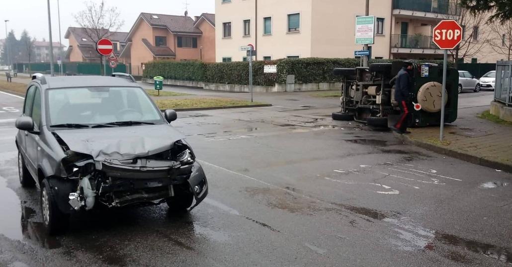 Incidente tra Land-Rover e Panda: è il Defender che si ribalta