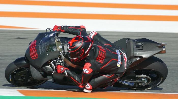 Jorge Lorenzo impegnato nei test di Valencia