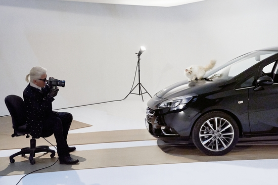 2015: Karl Lagerfeld fotografa la Opel Corsa insieme alla sua gatta Choupette