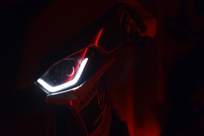 La firma luminosa dei fari della nuova BMW S1000RR 2019