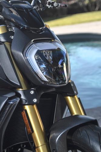 Il catalogo Performance prevede anche il coperchio faro in fibra di carbonio per la Ducati Diavel 1260S