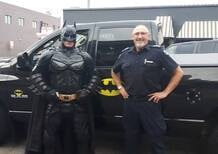Incredibile: Batmobile (PickUp) e Batman (tarocco) insieme alla polizia pronta a sparare [video]