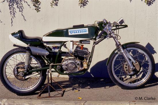 La bellissima 125 da Gran Premio è scesa in pista una sola volta, nel 1970. Dotata di un disco rotante per ogni lato, aveva le teste con la tipica alettatura a ventaglio