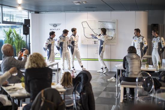 Andy Soucek mentre spiega nel dettaglio come affrontare i diversi tratti del circuito di Monza