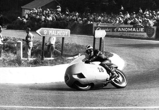 Bill Lomas alla curva della Source sulla pista di Spa Francorchamps