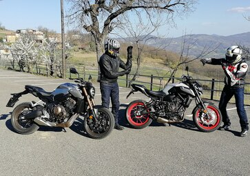 Honda CB650R vs Yamaha MT-07. Comparativa nude: 4 o 2 cilindri?