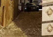 Siena: ascolta il navigatore e incastra l'auto sulla scalinata del Duomo
