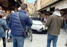 Firenze, una Lamborghini su Ponte Vecchio. Multa per un turista disattento