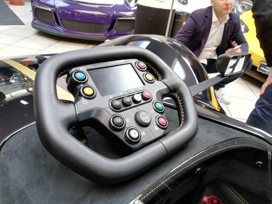 Il volante racing della BAC Mono