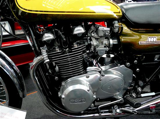 Nel motore bialbero della Kawasaki Z1 di 900 cm3, presentata al salone di Colonia del 1972, l'albero a gomiti era composito (9 parti unite con interferenza) e lavorava su cuscinetti a rotolamento