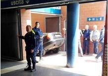 Parcheggio comodo in stazione: automobilista esagera e finisce con l'auto nelle scale della metro