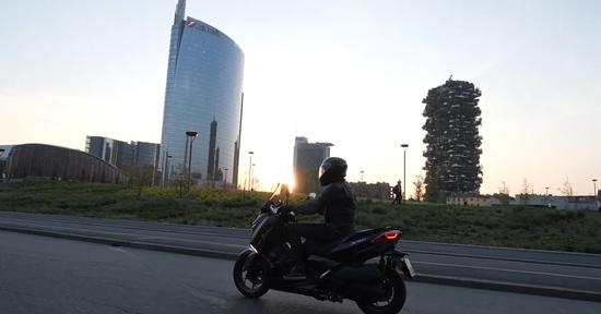 Yamaha XMAX 300 Iron Max Bandertest, la prova interattiva