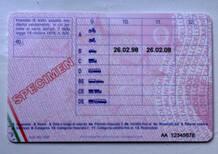 Sostiene l'esame della patente al posto di un altro: due denunce