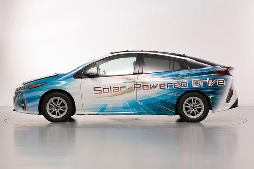 Toyota Prius PHEV, con i pannelli solari Sharp guadagna 44 km di autonomia (3)
