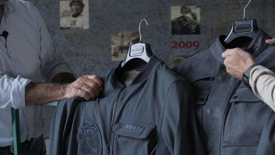Lo stesso punto di blu della giacca in pelle è stato riprodotto anche su tessuto
