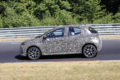 Toyota Yaris: avvistata la nuova generazione [Foto spia] (8)