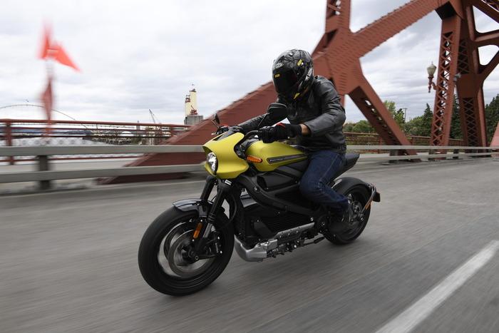 Il nostro test sulle strade di Portland, in Oregon. La nuova Harley in città è davvero facile, però si avverte il peso in manovra