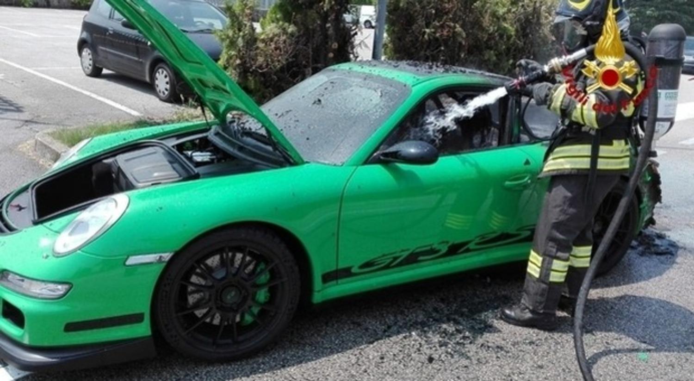 Porsche 911 a fuoco in Veneto: era una GT3 RS verde, bruciata davanti al proprietario [foto]
