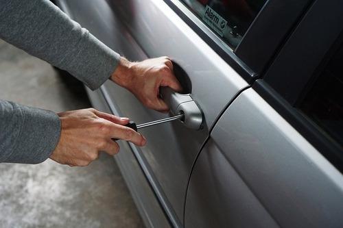 Come ti rubo l'auto in pochi secondi: metodi dei ladri e consigli agli automobilisti (2)