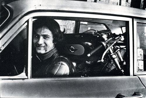 Questo autentico eroe guida l'auto un poco rattrappito, ma la moto è riuscito a farcela entrare! Molti hanno fatto qualcosa del genere, a suo tempo. Anche questa foto è di Antonio Leale, che ricordiamo con affetto