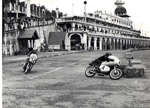 I piloti juniores hanno corso anche nel caratteristico borgo di Consonno, vicino a Lecco. La foto mostra Ringhini con la Motobi in lotta con Tarlazzi su una Ducati (rimasta abbandonata per alcuni anni in un granaio!) durante la gara delle 125 nel 1967