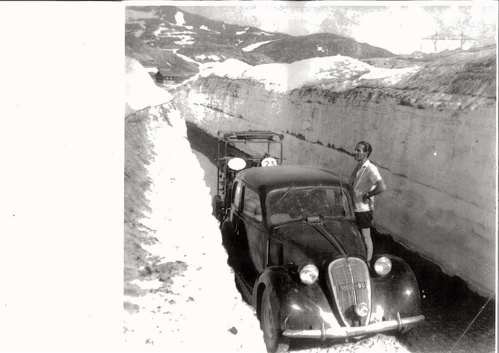 Trasferte eroiche. Siamo nel 1949 e questo è il famoso Dario Ambrosini durante una sosta del viaggio verso l'isola di Man. Alla Guida dell'auto si alternavano lui e l'amico e direttore sportivo Bruno Zoffoli. Sul carrello la moto e il muletto. Il pilota cesenate si è imposto sia al TT che nel mondiale nel 1950