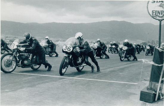 Niente tribune, niente (o quasi) spettatori e un palo con scritto Start & Finish per indicare il traguardo. Siamo alla partenza di una gara del campionato Pacific Coast nel 1962 in un circuito stradale californiano. Varie classi corrono assieme con classifiche separate
