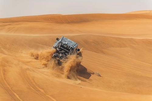Land Rover Defender 2020, test nel deserto con la Croce Rossa (2)