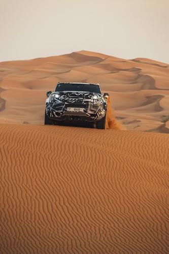 Land Rover Defender 2020, test nel deserto con la Croce Rossa (4)