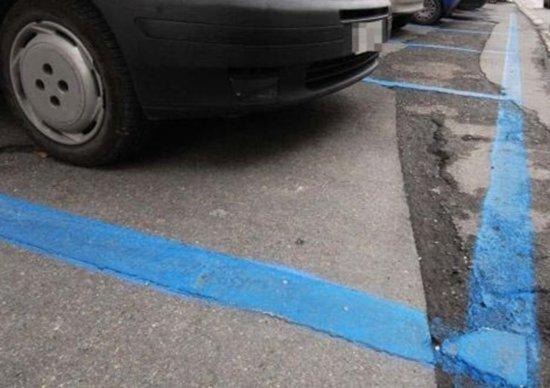 Fate particolare attenzione alle strisce blu, è bene informarsi sul sito del comune di villeggiatura in merito agli orari in cui sono gratuite