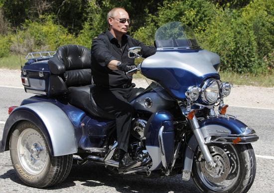 Putin al raduno in Crimea del 2015 in sella a un trike