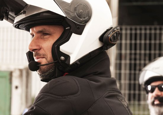 Vivavoce e interfono: e se anche in moto diventassero illegali?